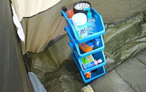 Astuce camping : des bacs de rangement empilables dans la tente.