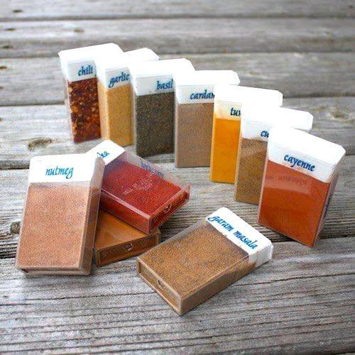 Astuce camping : des boîtes de Tic Tac avec des épices à l'intérieur.