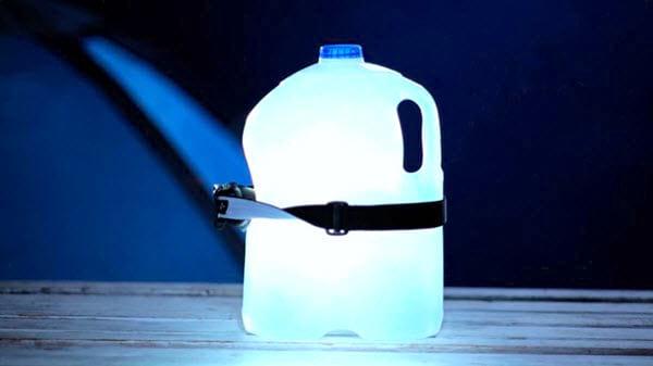 Une lanterne DIY avec une lampe frontale sur une bouteille de d'eau vide.