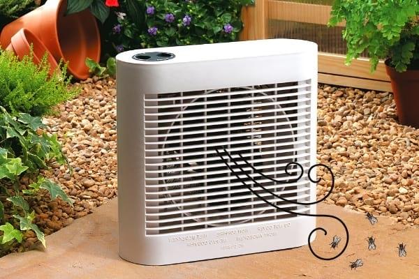 Un ventilateur pour éloigner les mouches naturellement dans le jardin