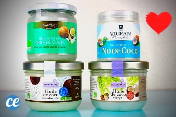 Des pots d'huile de coco posés les uns sur les autres sur une table bleu