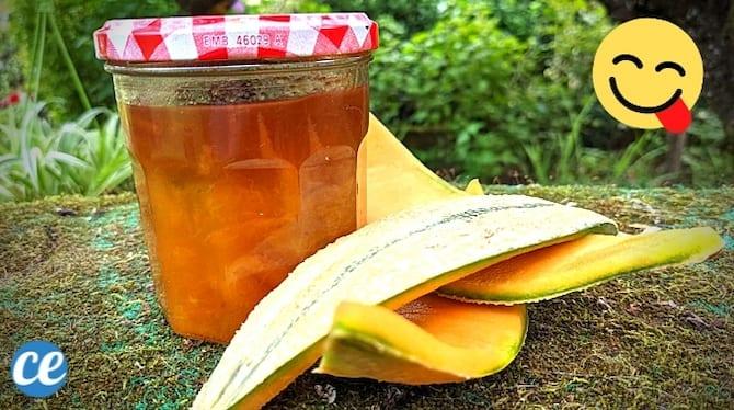 un pot de confiture de peau de melon avec des tranches d'écorces