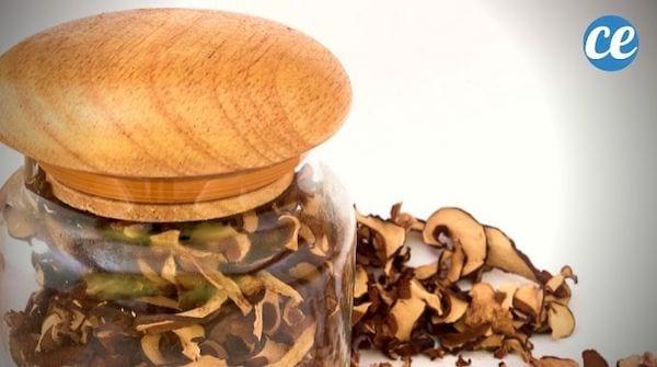 Des champignons déshydratés et séchés dans un bocal