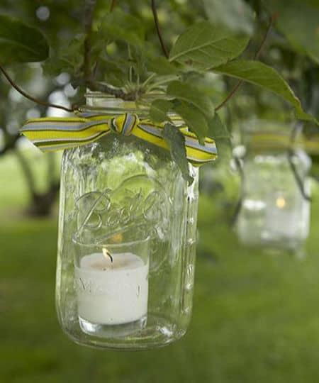 une lanterne extérieure réalisée dans un bocal``