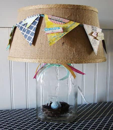 une lampe de chevet faite avec un bocal recyclé