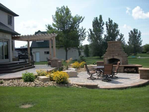 Utilisez une cheminée d'extérieur pour améliorer votre jardin.