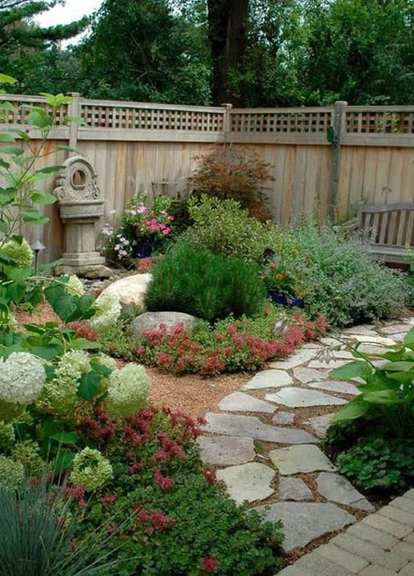 Harmonisez les couleurs, textures et formes des éléments de votre jardin.