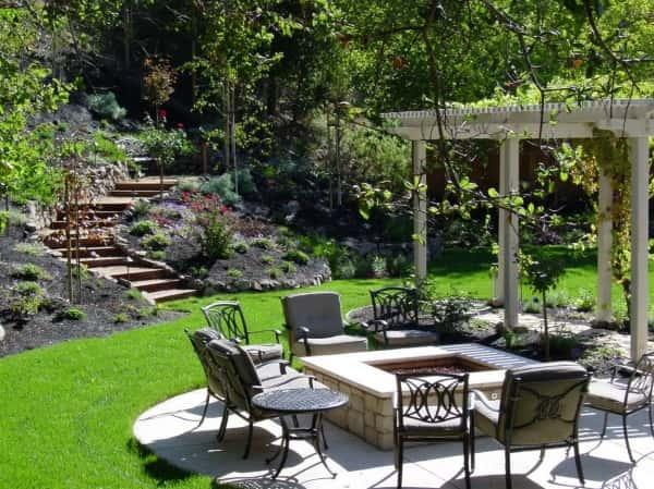 Un super ajout est un coin détente autour d'une cheminée dans votre jardin.