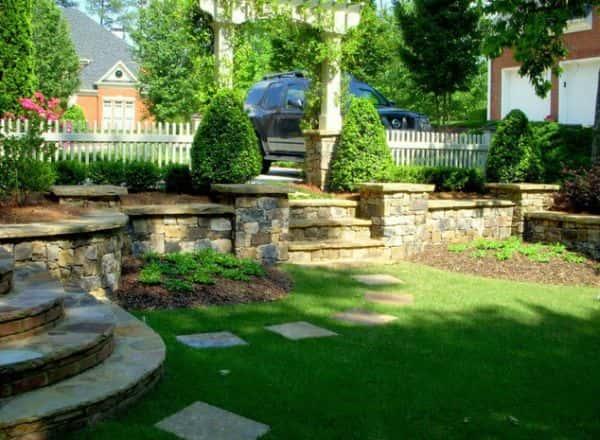 N'oubliez pas de mettre en valeur les clôtures, les chemins et les escaliers de votre jardin.