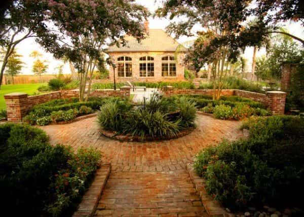 Saviez-vous qu'il faut associer les couleurs de votre jardin à celles de votre maison ?