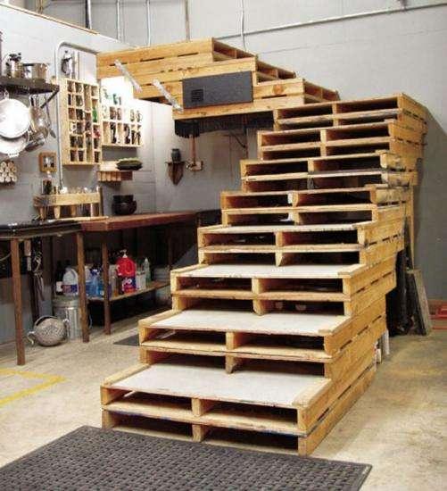 un escalier fait en palettes