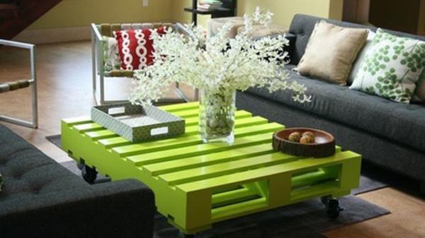 une petite table basse faite en palette
