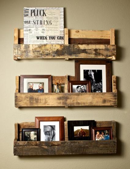 accrochez vos cadres photos avec des palettes