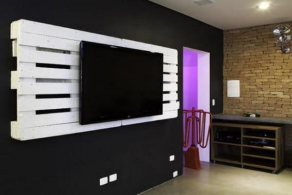 un meuble tv fait avec des palettes en bois