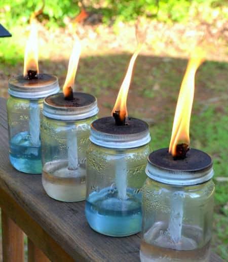 Des torches tikki faites avec des bocaux