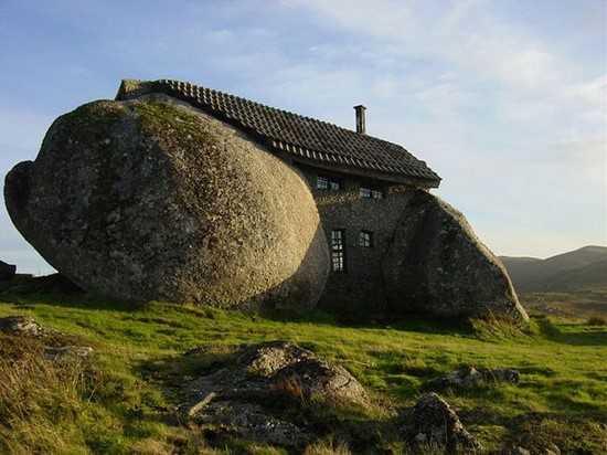 maison entre énormes rochers au portugal