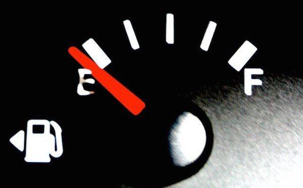 Comment savoir de quel côté se situe le réservoir d'essence ?