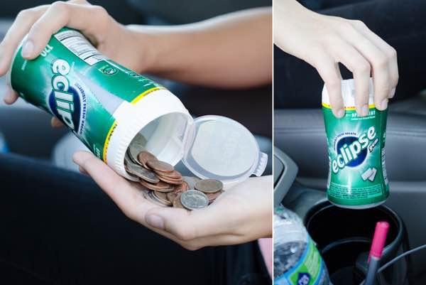 Mettez la monnaie dans une boîte de chewing gum vide