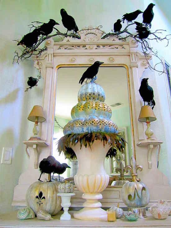Accrochez des faux corbeaux dans la maison