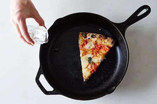 Ajouter 2 gouttes d'eau dans la poêle avec la pizza