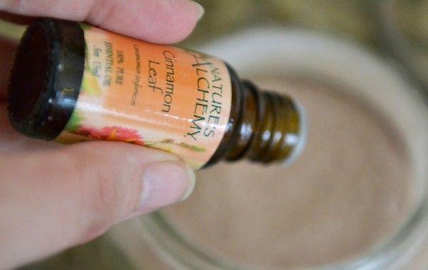 Ajoutez 2 gouttes d'huile essentielle au shampoing sec maison