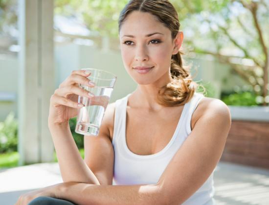boire un verre d'eau élimine les reflux gastriques