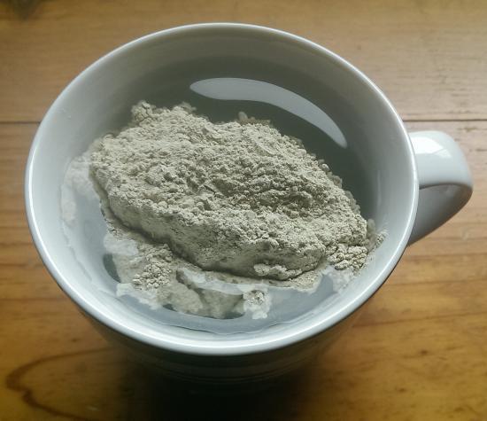 argile de bentonite dans de l'eau