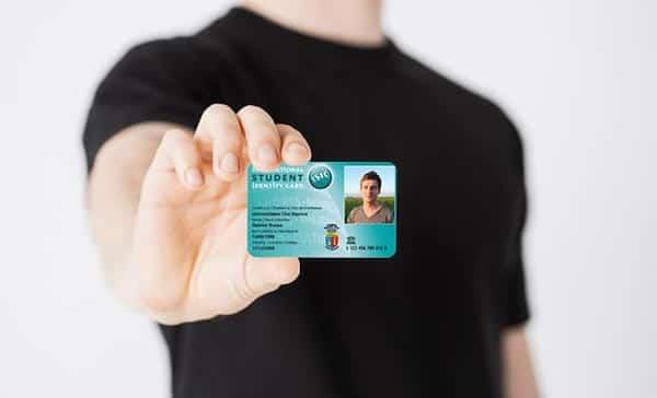 Une bonne astuce pour les voyageurs est d'utiliser la carte étudiante internationale ISIC.