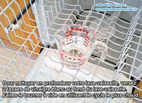 Pour nettoyer en profondeur votre lave-vaisselle, versez  2 tasses de vinaigre blanc au fond du lave-vaisselle.