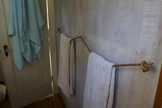 un rangement astucieux pour les serviettes de la salle de bain : vintage et qui prend pas de place