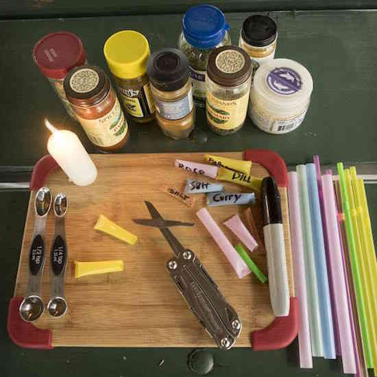 Comment faire pour conserver ses épices dans une paille lorsque l'on fait du camping ?