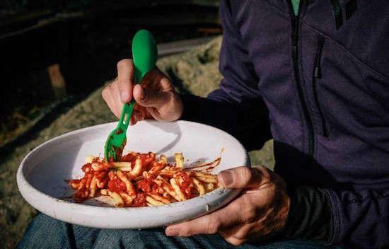 Saviez-vous qu'un frisbee est aussi une assiette parfaite lorsque 'lon fait du camping ?