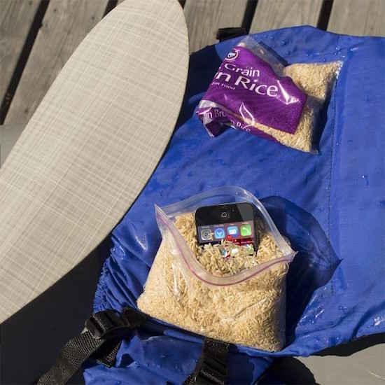 Comment faire si l'on a fait timber son téléphone dans l'eau lorsque l'on fait du camping ?