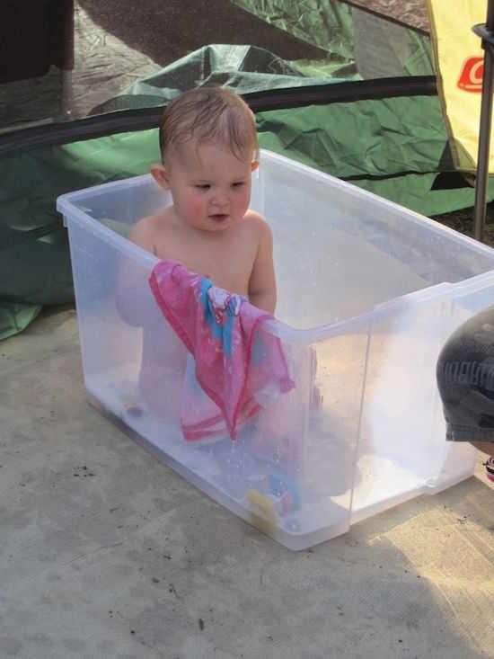 Saviez-vous qu'un boîte plastique de rangement peut aussi être utilisée en tant que baignoire pour bébé ?