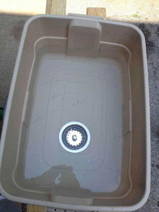 Pour facilement faire la vaisselle quand vous faites du camping, vous pouvez fixer une bonde dans le fond d'un bac de maçonnerie.