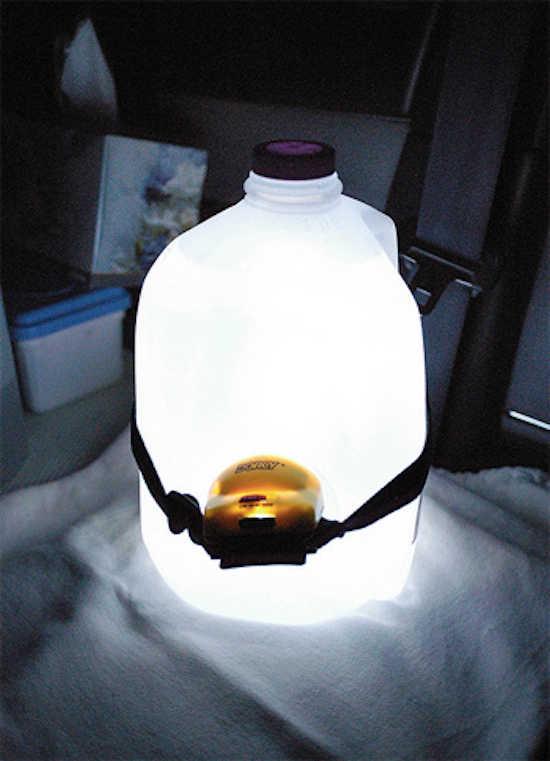 Saviez-vous qu'une lampe frontale attachée à une bouteille plastique produit beaucoup plus de lumière ?