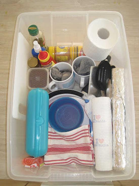 Les boîtes de rangement en plastique sont parfaites pour organiser les essentiels de cuisine.