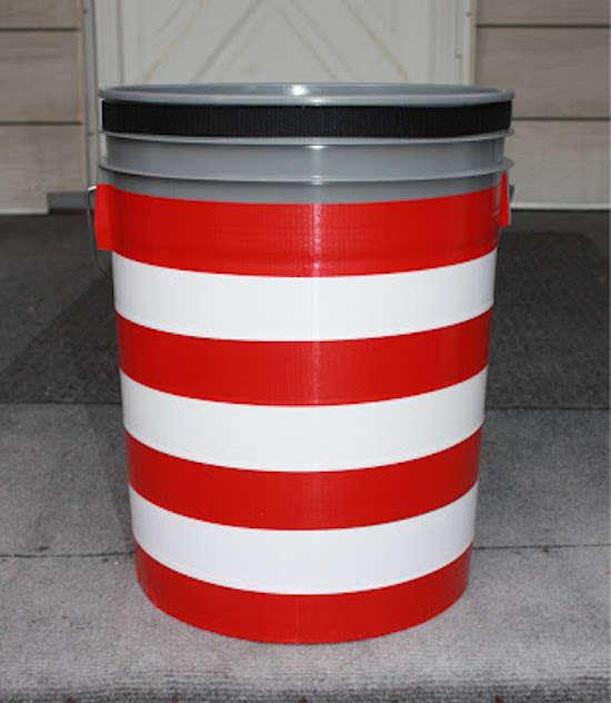 Pour soulager vos besoins, un vieux pot en plastique rempli de litière peut faire office de toilettes.