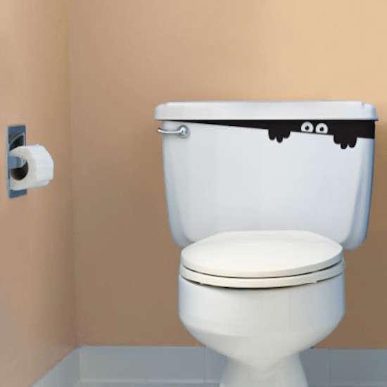 Mettez un autocollant en forme de monstre dans les toilettes