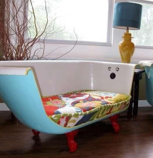 baignoire transformée en canapé