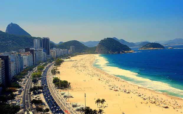 Prendre bain de soleil sur la plage de Rio de Janeiro
