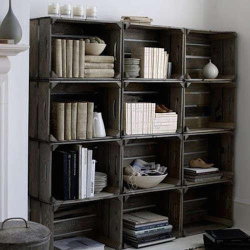 Bibliothèque avec vieilles caisses