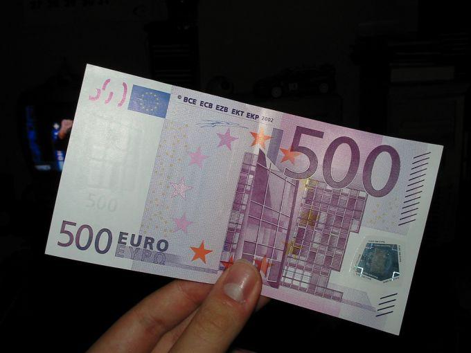 Billet de 500 euros tenu à la main