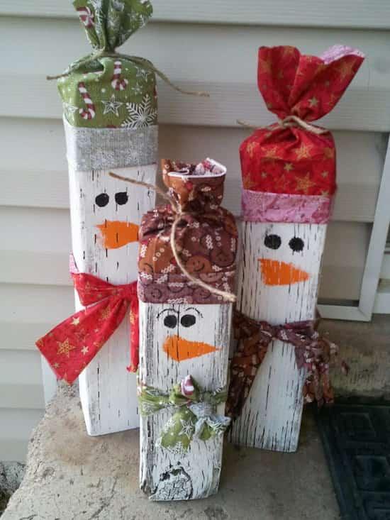 des bûches décorées en bonhomme de neige