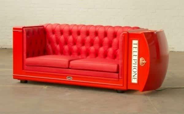cabine téléphonique anglaise transformée en canapé