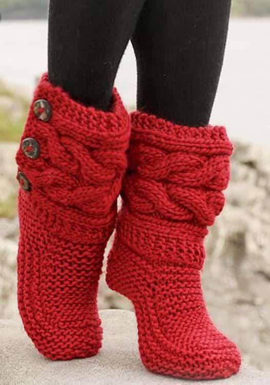 des pantoufles rouges montantes tricotées main