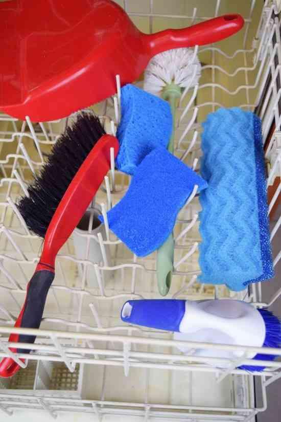 Le lave-vaisselle peut vous aider à redonner du neuf à vos vieux ustensiles de nettoyage.