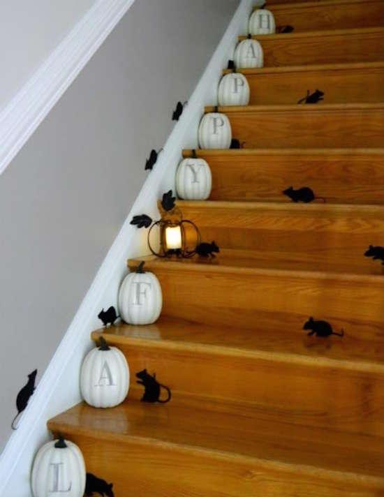 Des citrouilles et des souris dans l'escalier