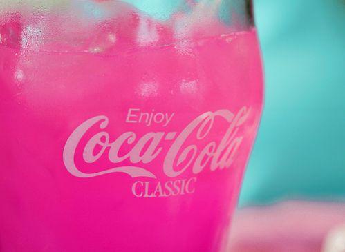 Verre de Coca-Cola rose fluo