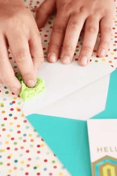 coller enveloppe timbre avec éponge